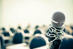Un micrófono encadenado foto de archivo