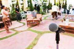Un microfono nel partito del nuovo anno Immagini Stock