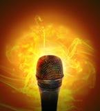 Burning caliente del micrófono de la música Fotos de archivo libres de regalías
