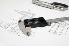 Un micromètre et un étrier digital sur un blanc Images stock