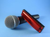 Un microphone dynamique et un harmonica diatonique photographie stock libre de droits