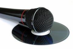 Un microphone sur un CD images stock