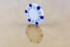 Un microprocesador blanco del casino se coloca en la superficie reflectora Fotos de archivo libres de regalías