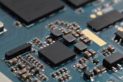 Un microprocesador en la placa madre desmontada Fotos de archivo libres de regalías