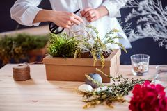 Un midsection di giovane donna creativa in un negozio di fiore Una partenza dell'affare del fiorista immagine stock