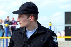 Un miembro de la policía de la patrulla en la calle Fotos de archivo libres de regalías