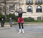 Un mil millones danzas de destello de levantamiento de la multitud en Sheffield Fotos de archivo libres de regalías