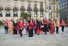 Un mil millones danzas de destello de levantamiento de la multitud en Sheffield Imágenes de archivo libres de regalías