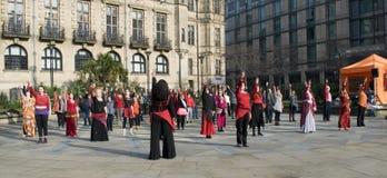 Un mil millones danzas de destello de levantamiento de la multitud en Sheffield Foto de archivo libre de regalías