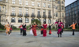 Un mil millones danzas de destello de levantamiento de la multitud en Sheffield Imagen de archivo libre de regalías