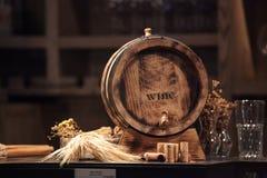 Un mini barril de vino en un contador para la exhibición imagen de archivo