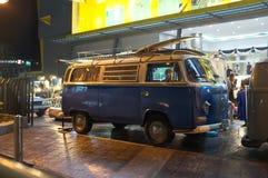 Un minivan en el mini mercado de la noche fotos de archivo