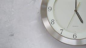 Un minuto dopo cinque sull'orologio di parete con tempo continuamente commovente video d archivio