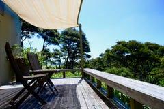 Un mirador soleado que pasa por alto paisaje rural pacífico; lugar aislado perfecto del día de fiesta imagen de archivo