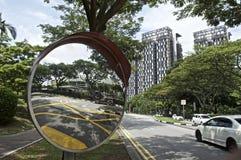 Un miroir de gratte-ciel et de trafic de technologie verte Images stock