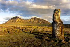 Un moai debout en lumière du soleil de soirée Photo stock
