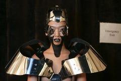 Un modèle étant prêt à l'arrière plan au défilé de mode de FTL Moda pendant l'automne 2015 de MBFW Photo libre de droits