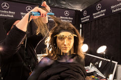 Un modèle étant prêt à l'arrière plan au défilé de mode de FTL Moda pendant l'automne 2015 de MBFW Image libre de droits