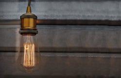 Un modèle avec un vintage et une rétro ampoule et un espace de fond et vide foncé pour ajouter le texte Photos libres de droits