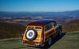 Un modèle d'échelle de Ford Woody Station Wagon Overlooking 1949 la vallée de Shenandoah photos stock