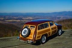 Un modèle d'échelle de Ford Woody Station Wagon Overlooking 1949 la vallée de Shenandoah photos libres de droits