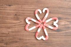 Un modèle de fleur fabriqué à partir de des cannes de sucrerie a emballé dans des formes de coeur Image libre de droits