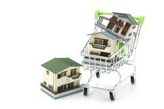 Un modèle modèle de maison est placé sur un caddie dans le mail utilisation en tant que le concept d'affaires de fond et concept  Photos libres de droits
