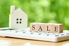 Un modèle modèle de maison est placé sur la vente en bois de mot Comme fond Images stock
