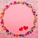 Un modèle fait de fleurs de papier de couture et confettis colorés Photographie stock