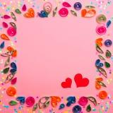 Un modèle fait de fleurs de papier de couture et confettis colorés Images stock