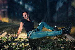 Un modèle femelle se repose entre la voie de train Photographie stock libre de droits