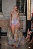 Un modèle marche la piste à l'exposition d'Emilio Pucci en tant que partie de Milan Fashion Week Image libre de droits