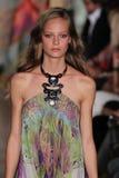 Un modèle marche la piste à l'exposition d'Emilio Pucci en tant que partie de Milan Fashion Week Image stock
