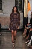Un modèle marche la piste à l'exposition d'Emilio Pucci en tant que partie de Milan Fashion Week Photographie stock