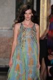 Un modèle marche la piste à l'exposition d'Emilio Pucci en tant que partie de Milan Fashion Week Photo libre de droits