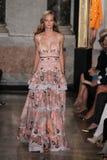 Un modèle marche la piste à l'exposition d'Emilio Pucci en tant que partie de Milan Fashion Week Images stock