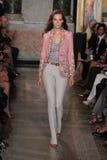 Un modèle marche la piste à l'exposition d'Emilio Pucci en tant que partie de Milan Fashion Week Photos stock