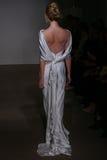 Un modèle marche la piste à l'exposition 2016 de piste d'Anna Maier/Ulla-Maija Couture Bridal Spring /Summer Photographie stock libre de droits