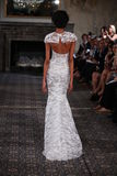 Un modèle marche la piste à l'exposition nuptiale de collection de Mira Zwillinger Spring 2015 Photo stock