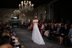Un modèle marche la piste à l'exposition nuptiale de collection de Mira Zwillinger Spring 2015 Photos stock