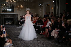 Un modèle marche la piste à l'exposition nuptiale de collection de Mira Zwillinger Spring 2015 Photo libre de droits