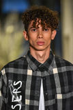 Un modèle marche la piste à la collection de la CHUTE 2017 de Christopher Lowman Menswear images stock