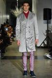 Un modèle marche la piste à la collection 2017 de métamorphose de CHUTE de vêtements d'homme d'ANTINOO Photos libres de droits