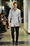 Un modèle marche la piste à la collection 2017 de métamorphose de CHUTE de vêtements d'homme d'ANTINOO Photo stock