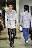 Un modèle marche la piste à la collection 2017 de métamorphose de CHUTE de vêtements d'homme d'ANTINOO Image stock