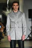 Un modèle marche la piste à la collection 2017 de métamorphose de CHUTE de vêtements d'homme d'ANTINOO Images stock