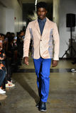 Un modèle marche la piste à la collection 2017 de métamorphose de CHUTE de vêtements d'homme d'ANTINOO Images libres de droits