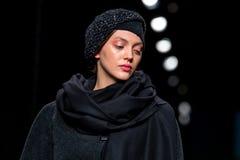 Un modèle marche la piste à la semaine de mode de 080 Barcelone Image stock