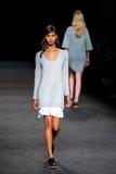 Un modèle marche la piste à la semaine de mode de 080 Barcelone Images libres de droits