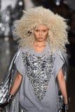 Un modèle marche la piste au défilé de mode de Blonds Images libres de droits
